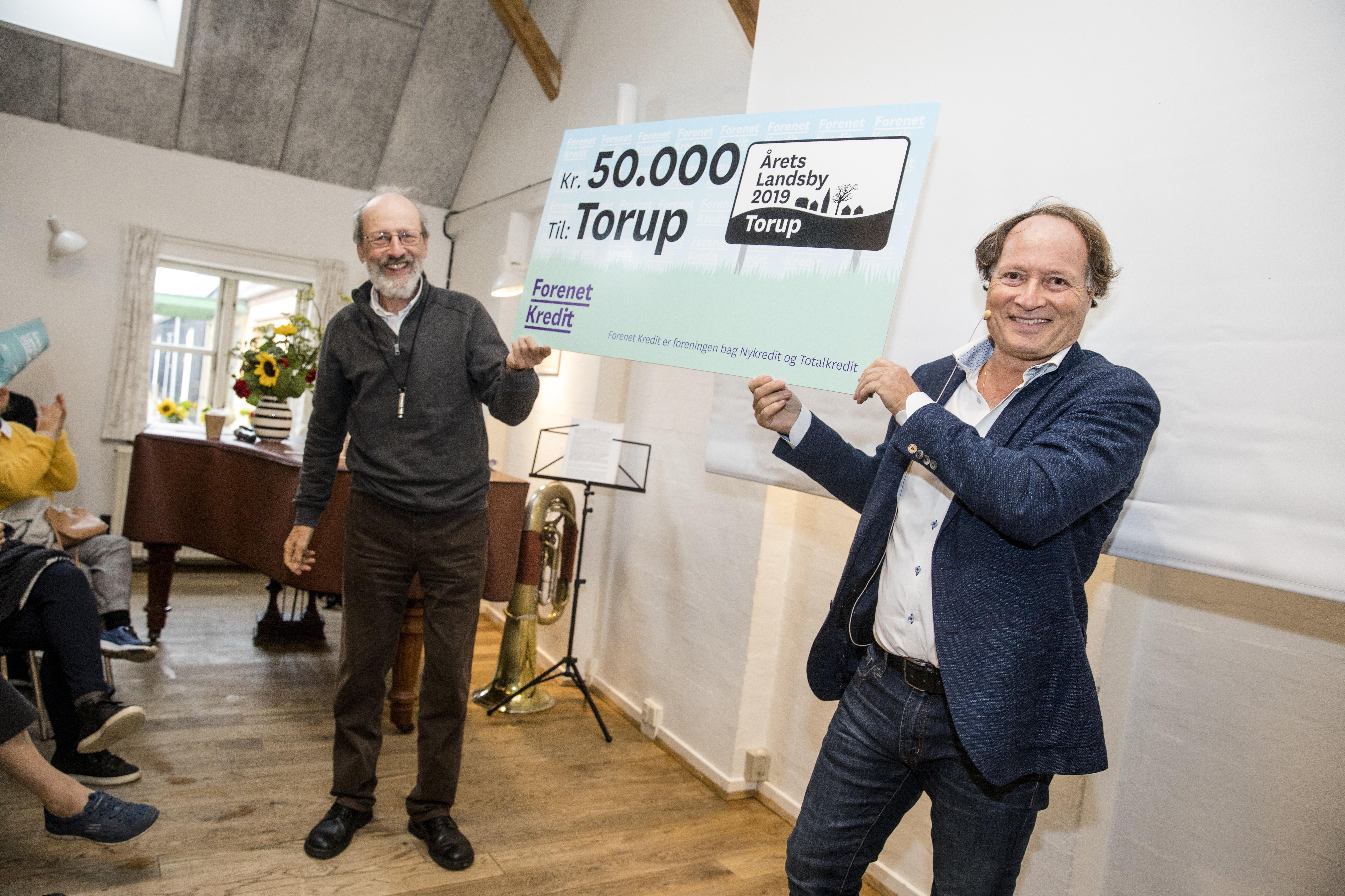 Årets Landsby 2019 - Michael Demsitz overrækker prisen til Torup